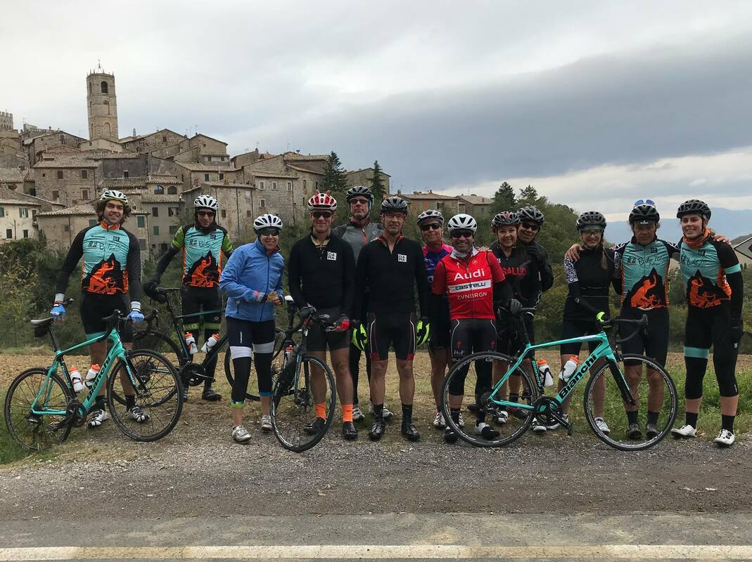 Group shot climbing through Tuscany along stage 2! 9be545541